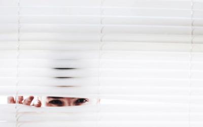 La Curiosità spia da dietro alla finestra